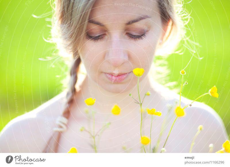 yellow Mensch Jugendliche schön grün Sommer Junge Frau Blume 18-30 Jahre Erwachsene Gesicht gelb natürlich feminin blond Zopf Sumpf-Dotterblumen