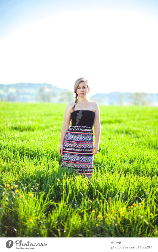 bunt feminin Junge Frau Jugendliche 1 Mensch 18-30 Jahre Erwachsene Umwelt Natur Sommer Wiese Kleid schön natürlich Farbfoto mehrfarbig Außenaufnahme Tag