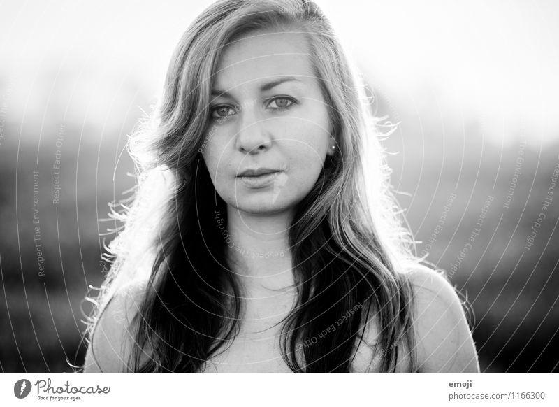 Portrait feminin Junge Frau Jugendliche Haare & Frisuren Gesicht 1 Mensch 18-30 Jahre Erwachsene schön natürlich Schwarzweißfoto Außenaufnahme Tag Gegenlicht