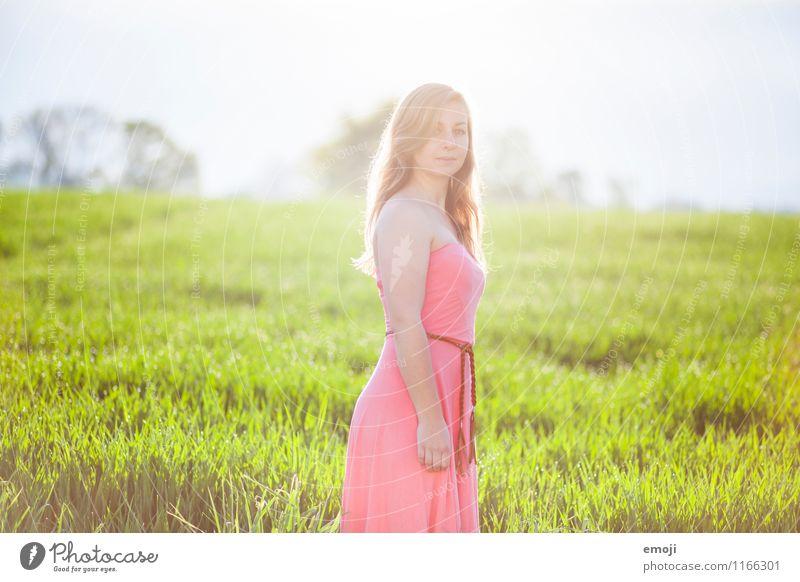 strahlend feminin Junge Frau Jugendliche 1 Mensch 18-30 Jahre Erwachsene Sommer Wiese Kleid schön natürlich grün rosa Farbfoto Außenaufnahme Tag Gegenlicht