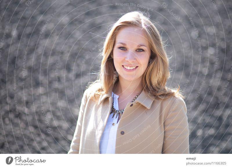 happy feminin Junge Frau Jugendliche 1 Mensch 18-30 Jahre Erwachsene Mode Fröhlichkeit Glück schön grau Lächeln lachen positiv Farbfoto Außenaufnahme