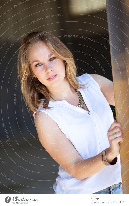 hey feminin Junge Frau Jugendliche 1 Mensch 18-30 Jahre Erwachsene blond trendy schön Farbfoto Außenaufnahme Tag Schwache Tiefenschärfe Oberkörper