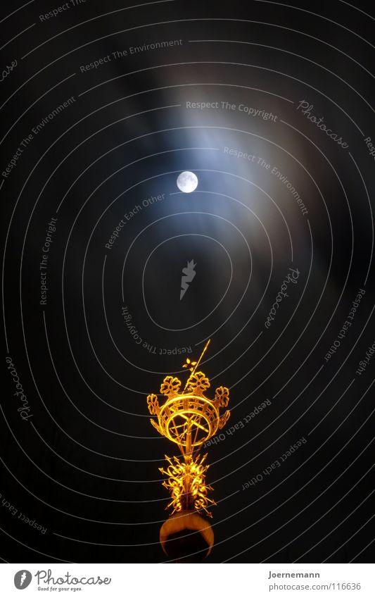 Mondkrönchen Wolken Turm Wahrzeichen Denkmal gold Krone Mondschein Gotteshäuser Nacht Langzeitbelichtung