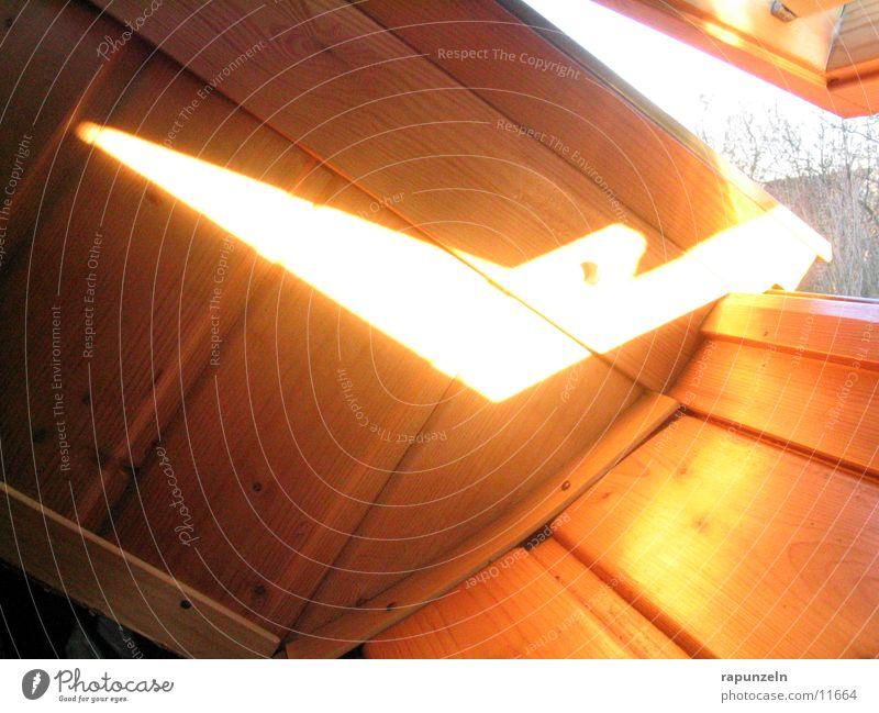 Ein Spalt von Sonne Fenster Holz Dach Holzbrett Spalte Dachfenster