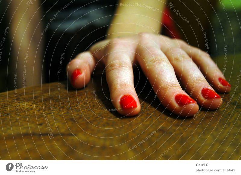 Hand drauf Frau rot Gefühle feminin Holz Arme Haut groß Finger Macht 5 Holztisch Körperteile Zeigefinger Tischplatte