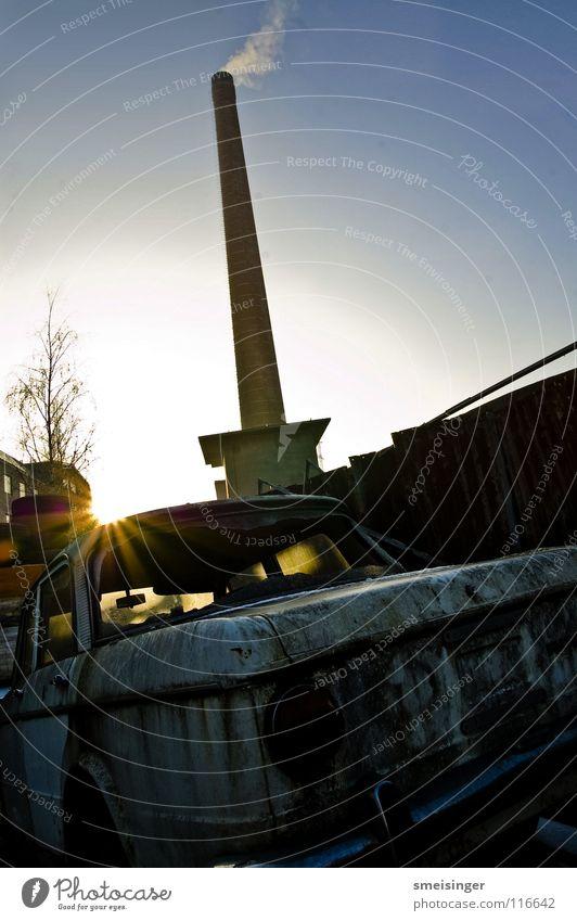 industrial romance X alt Himmel Sonne blau Fenster PKW Industrie Fabrik Müll Vergänglichkeit Rauch Rost Schornstein Nostalgie Schrott KFZ