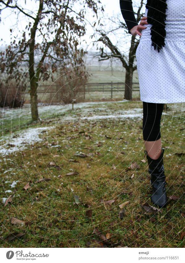 bodenständig Frau Kleid kalt extravagant außergewöhnlich authentisch Hälfte Stiefel Strümpfe Strumpfhose elegant dünn hm Kunst Kultur Herbst young woman