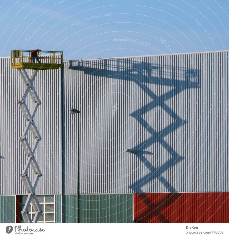 Scherenbühne Arbeiter Sommer Fabrikhalle Licht Industrie Schatten Lagerhalle Himmel Hubbühne blau