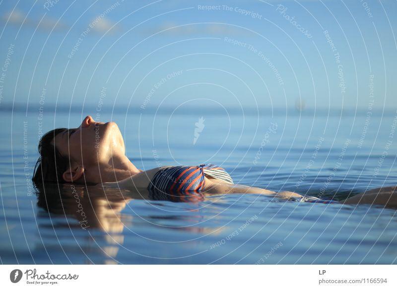Mensch Ferien & Urlaub & Reisen Jugendliche blau schön Junge Frau Erholung ruhig Leben feminin Schwimmen & Baden Gesundheitswesen Kopf träumen Zufriedenheit