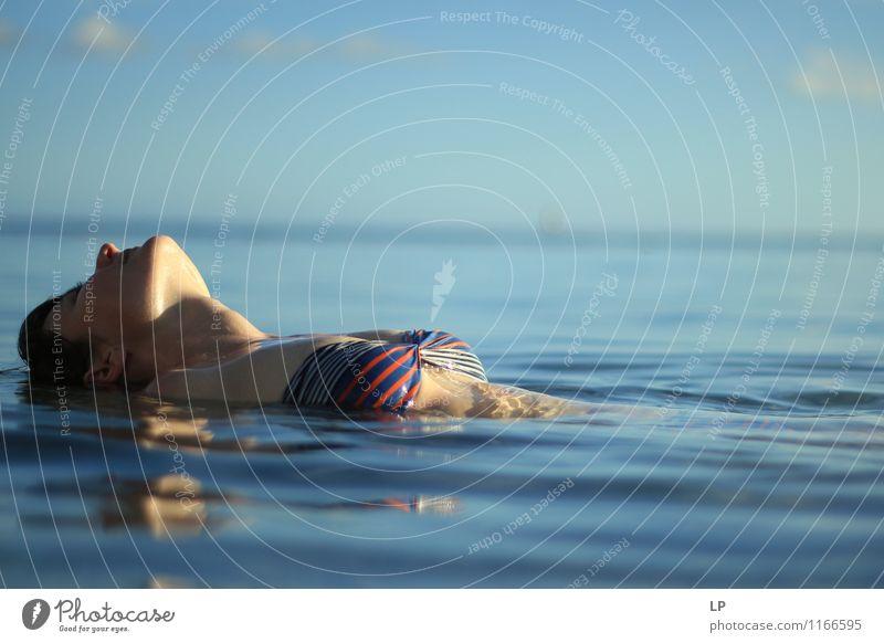 C5 Mensch Jugendliche blau Sommer Junge Frau Erholung ruhig Gesicht Leben feminin Schwimmen & Baden träumen Zufriedenheit Warmherzigkeit Wellness Gelassenheit