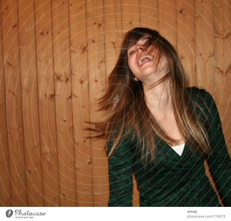 Lachflash Frau Jugendliche rocken Party authentisch Holzwand Luft Brise schön süß Beautyfotografie genießen Gute Laune Bewegung Friseur Freude Gesicht