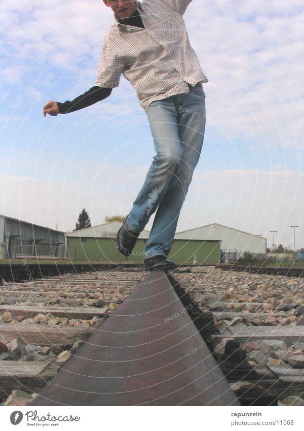 Gleichgewichtsstörung oder Tanz? ;-) Mensch Mann Beine Zufriedenheit Tanzen Eisenbahn Gleise trippeln
