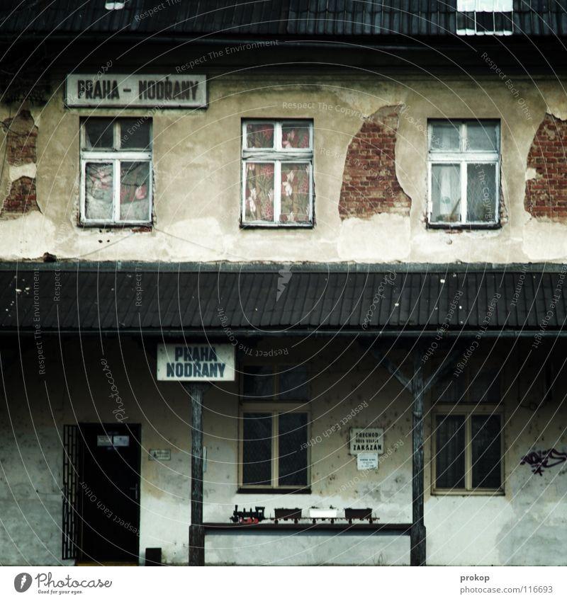 Praha Modrany alt Ferne Fenster Architektur Traurigkeit Gebäude Holz Stein Fassade Vergänglichkeit Eisenbahn kaputt Dach Neigung Trauer verfallen