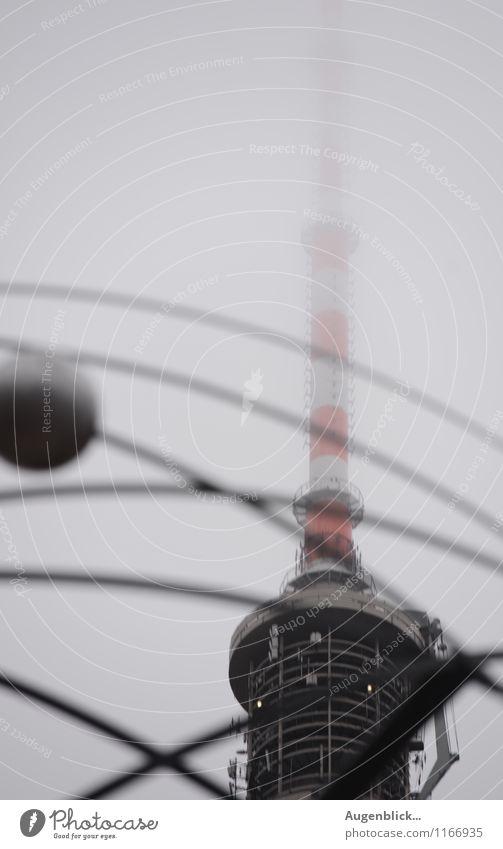 oben... weiß rot kalt Berlin grau Technik & Technologie Beton Platz Unendlichkeit Bauwerk Wahrzeichen Sehenswürdigkeit Informationstechnologie Fernsehturm Wert