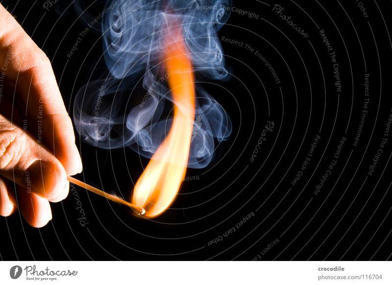 feuer????? brennen anzünden Finger heiß gefährlich Holz Rauchen entzünden Fingernagel Brand streichholz. feuer bedrohlich ein licht aufgehen Geruch Low Key