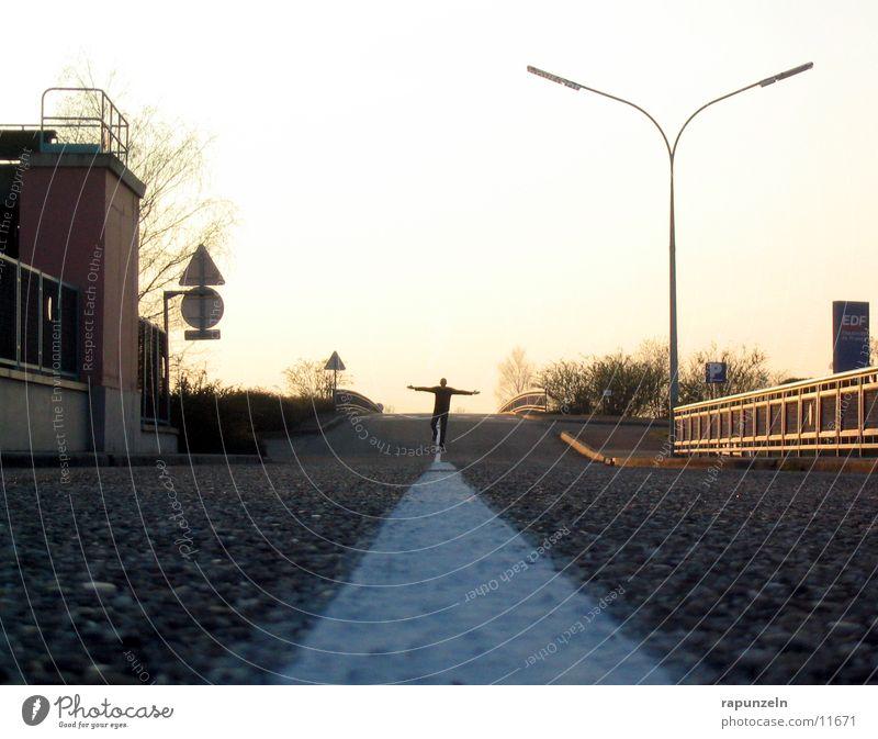 How many roads must a man go down? 1 Asphalt Mittelstreifen Mann Verkehr Straße Flucht Silhouette