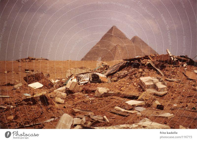 kleiner Müllberg an der grossen Pyramide Gizeh Ägypten Haufen schlechtes Wetter Wüste Afrika Kriese Wolken Sand die große Pyramide