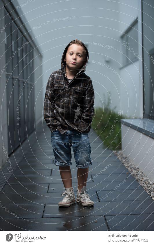 Cooler Junge in Jeans Mensch Kind Stadt Sommer Gebäude Lifestyle Schule Mode maskulin Freizeit & Hobby blond Kindheit stehen Schuhe Bekleidung Coolness