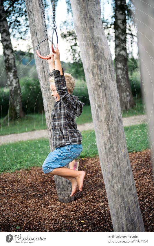 Junge beim schaukeln mit Ringen Mensch Kind Natur Ferien & Urlaub & Reisen Sommer Baum Freude Wald Bewegung Holz Spielen Garten Mode Park maskulin