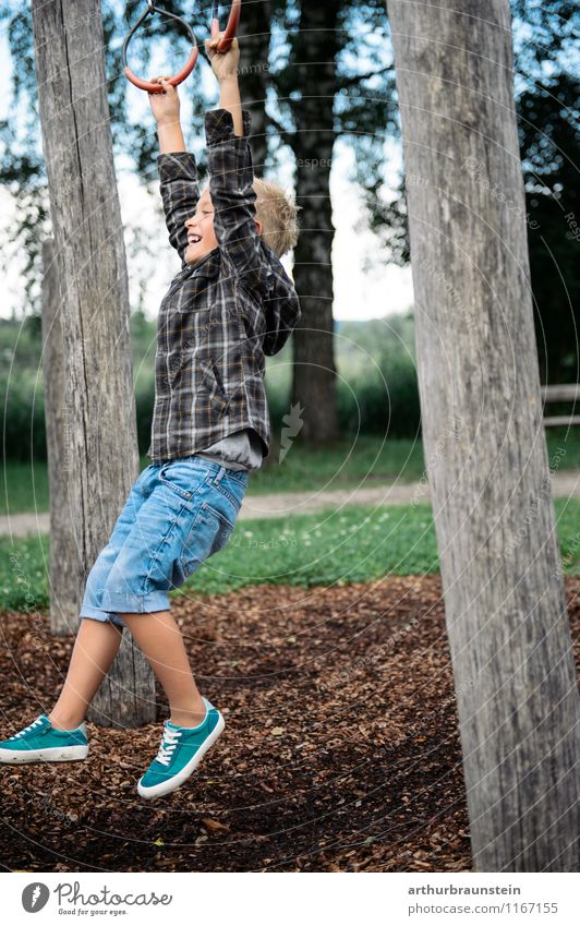 Junge am Spielplatz Mensch Kind Natur Ferien & Urlaub & Reisen Sommer Freude Wald Leben Frühling Bewegung Spielen Mode Park maskulin Freizeit & Hobby Tourismus