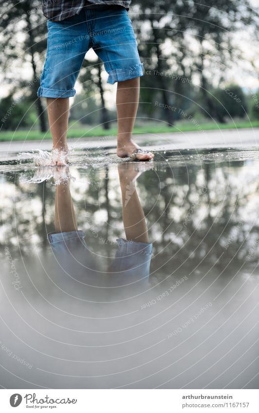 Barfuß im Regenwasser Mensch Kind Natur Sommer Wasser Baum Freude Wald Umwelt Leben Frühling Gras Junge Gesundheit Park maskulin