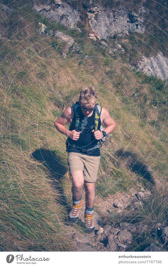 Junge Mann beim Wandern Mensch Natur Ferien & Urlaub & Reisen Jugendliche Mann Sommer Sonne Junger Mann ruhig 18-30 Jahre Erwachsene Berge u. Gebirge Leben Bewegung Herbst Wiese