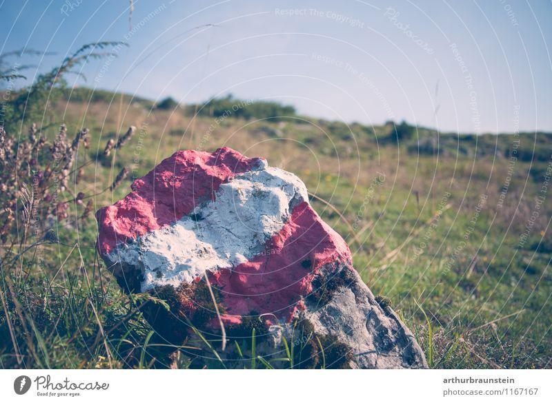 Grenzstein mit österreichischer Fahne Natur Ferien & Urlaub & Reisen blau Sommer Sonne Erholung rot Landschaft Umwelt Berge u. Gebirge Bewegung Herbst Wiese Gras Sport Freizeit & Hobby