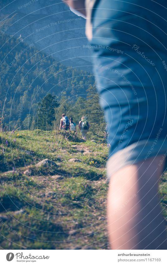 Junge Leute beim wandern Mensch Natur Ferien & Urlaub & Reisen Jugendliche Sommer Junge Frau Sonne Junger Mann 18-30 Jahre Erwachsene Berge u. Gebirge Leben Bewegung feminin Sport Freundschaft