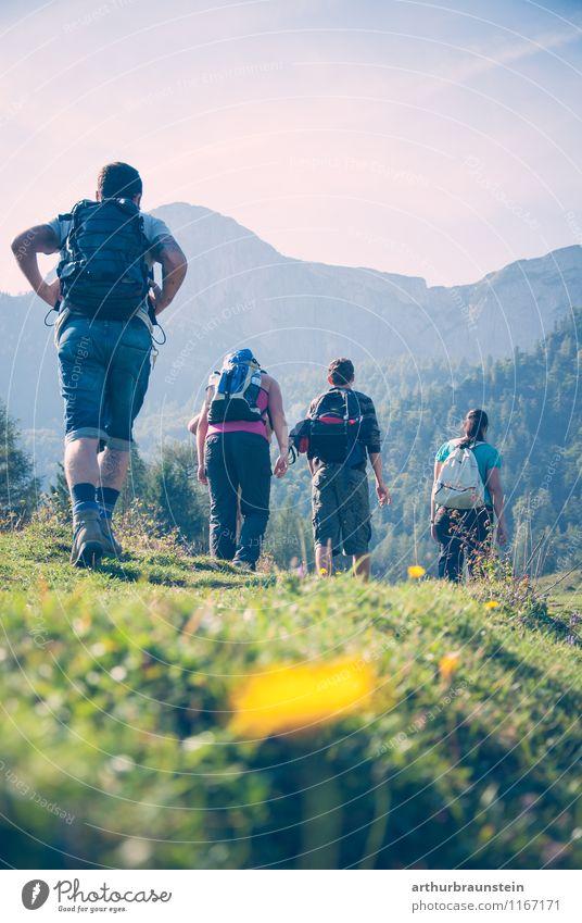 Frauen und Männer beim wandern Mensch Natur Ferien & Urlaub & Reisen Jugendliche blau Sommer Junge Frau Sonne Junger Mann 18-30 Jahre Erwachsene