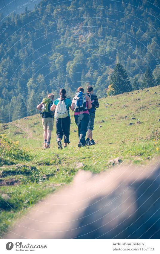 Frauen und Männer beim wandern Mensch Natur Ferien & Urlaub & Reisen Jugendliche Sommer Junge Frau Junger Mann 18-30 Jahre Erwachsene Berge u. Gebirge Bewegung Herbst natürlich feminin Sport Menschengruppe