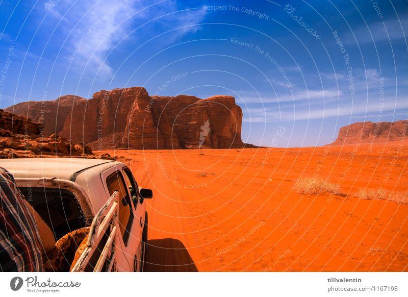Wüstentour Rücken 1 Mensch Natur Erde Sand Wolkenloser Himmel Sommer Klima Schönes Wetter Dürre Felsen Berge u. Gebirge Schlucht Autofahren Fußweg Lastwagen