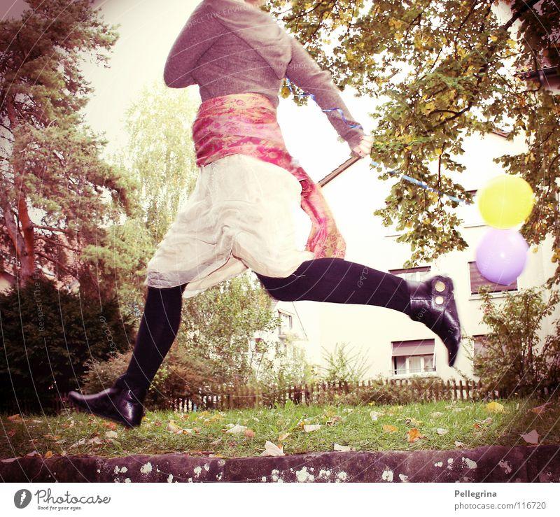 luftsprung Frau Schal Schuhe grün Baum Licht springen hüpfen gehen strümpe getrüpp Farbe rennen Beine fliegen Luftballon Außenaufnahme