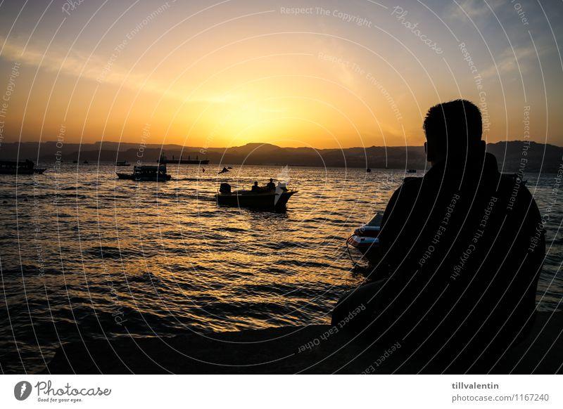 Sundown am Meer Mensch ruhig Strand Umwelt Küste Wasserfahrzeug Horizont maskulin Zufriedenheit Seeufer Hügel Bucht Schifffahrt Fischerboot Bootsfahrt
