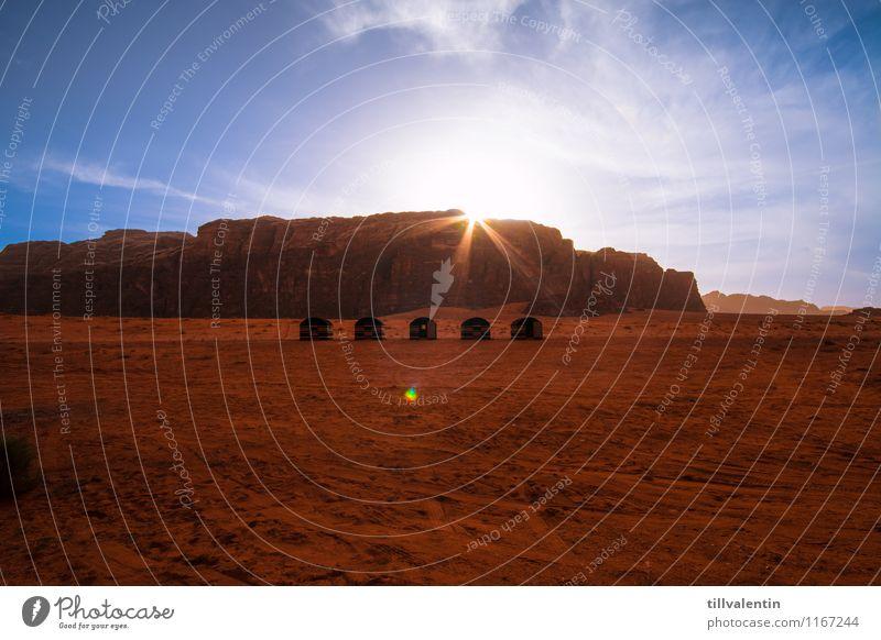 Wüstencamp Wadi Rum Jordanien Asien Menschenleer Hütte Zeltlager ästhetisch heiß hell blau gold orange rosa rot Stimmung Freiheit Freizeit & Hobby Natur