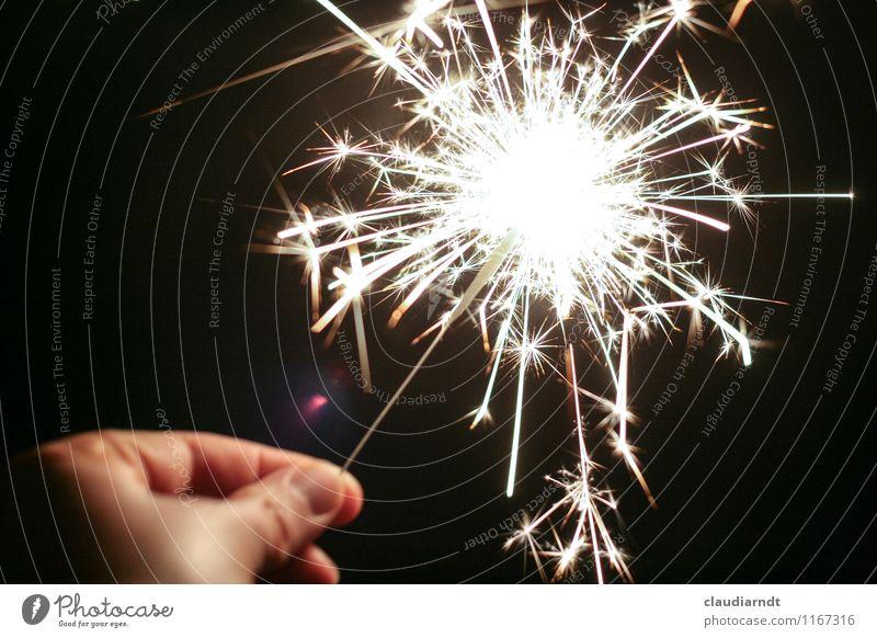 Sternenregen Mensch Hand Freude Glück Feste & Feiern hell Party glänzend leuchten Geburtstag Lebensfreude festhalten Silvester u. Neujahr Veranstaltung