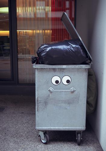 Den Kopf voll haben Stadt Freude Auge lustig grau Kunst Metall Kreativität lernen Müll Stress Sorge Gedanke Comic Straßenkunst Erschöpfung