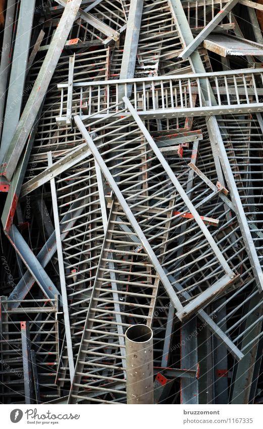 Ende Geländer Brückengeländer Metall Stahl alt grau nachhaltig Schrottplatz Recyclingcontainer Eisenrohr Container Demontage entsorgen Gedeckte Farben
