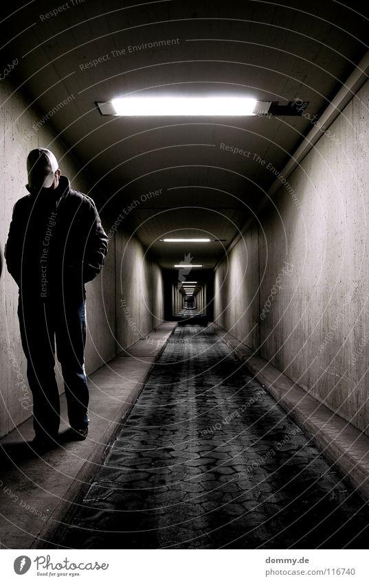 neustart Mann Straße dunkel Wand Bewegung Wege & Pfade Lampe Schuhe Angst dreckig laufen Boden Unendlichkeit verfallen Jacke
