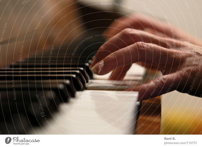 *klimper Hand Finger Griff Akkord dritte Klavier Anschlag Tasteninstrumente Klaviatur schwarz weiß Tiefenschärfe Spielen Klavier spielen Klassik klassisch