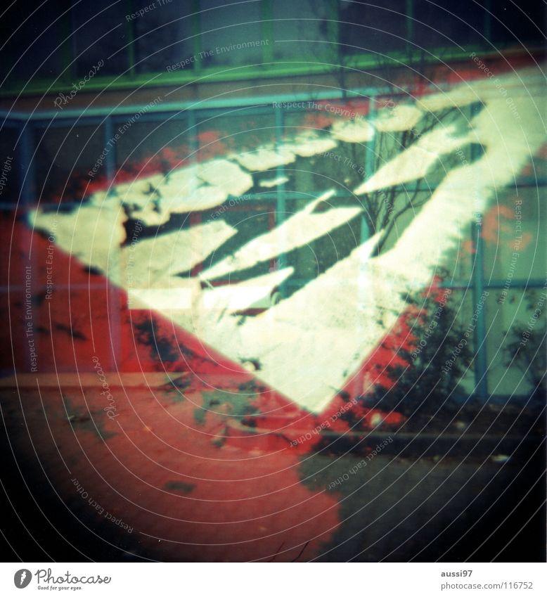 Asphalthinweis Mutter Kind Hand in Hand Parkplatz Parkhaus parken abblättern verringern Verbote Holga Doppelbelichtung Lomografie Schilder & Markierungen