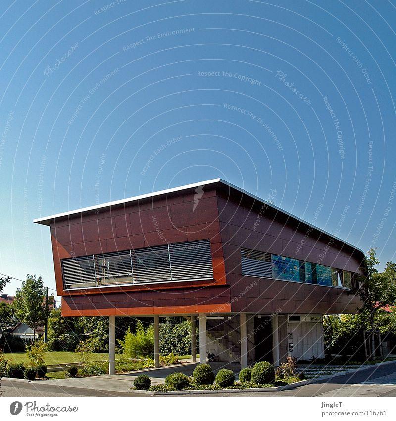 loftig Haus Holz Gebäude braun Beton frei verrückt modern fantastisch außergewöhnlich Schweben luftig Wohnung Loft rotbraun