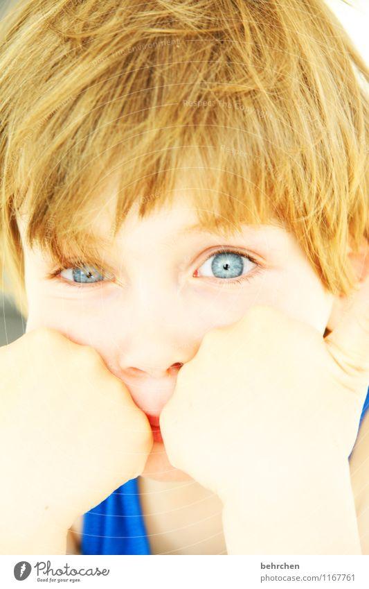 wat...montag schon wieder? Kind Junge Kindheit Haut Kopf Haare & Frisuren Gesicht Auge Nase Hand Finger 3-8 Jahre blond langhaarig beobachten Coolness frech