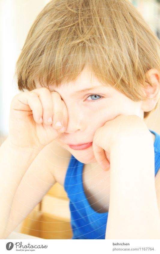 ...mein bett??? Mensch Kind blau schön Hand Gesicht Auge Junge Familie & Verwandtschaft Haare & Frisuren Kopf träumen Körper blond Kindheit Arme