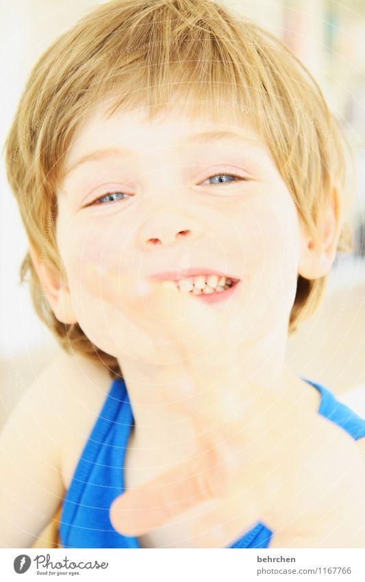 ich will auch mal! Kind blau schön Hand Gesicht Auge Junge Spielen Glück lachen Familie & Verwandtschaft Haare & Frisuren Kopf wild Kindheit blond