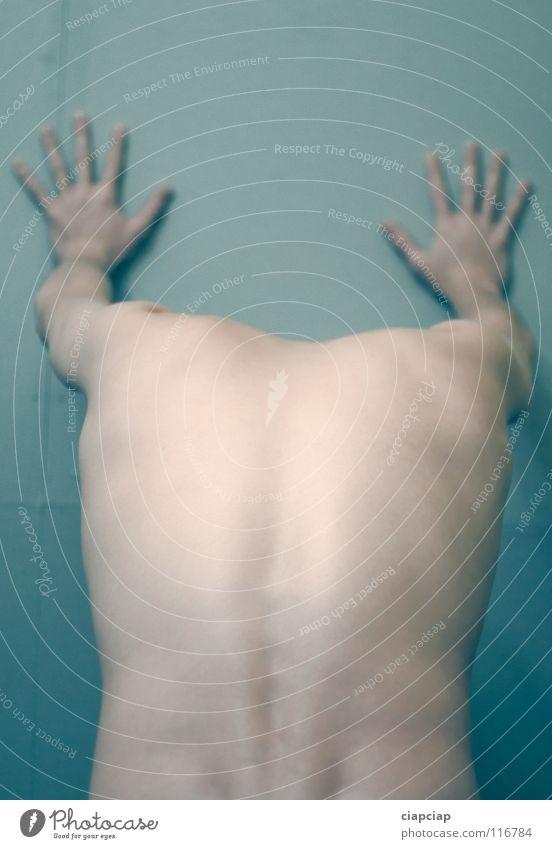 Body Mann Körper Rücken anonym kopflos gesichtslos unkenntlich Wirbelsäule unerkannt Männerhand Nackte Haut Männlicher Akt Männerrücken Vor hellem Hintergrund