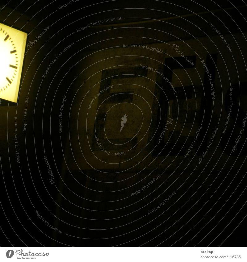 Kurzer Aufenthalt Uhr Buchstaben dunkel Licht gruselig dünn Text Zeit Trauer verlieren verloren abgelaufen Schriftzeichen Vergänglichkeit Bahnhof Zeichen wenige