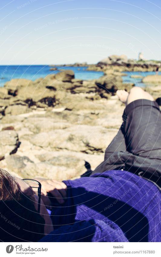 Take it easy maskulin Junger Mann Jugendliche Umwelt Natur Landschaft Erde Wasser Himmel Wolkenloser Himmel Küste Bucht Meer Erholung Ferien & Urlaub & Reisen