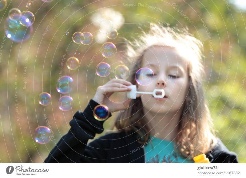 Noch mehr Seifenblasen! Mensch Kind schön grün Erholung Mädchen feminin Spielen glänzend träumen Zufriedenheit Kindheit blond Lebensfreude Schönes Wetter Wunsch