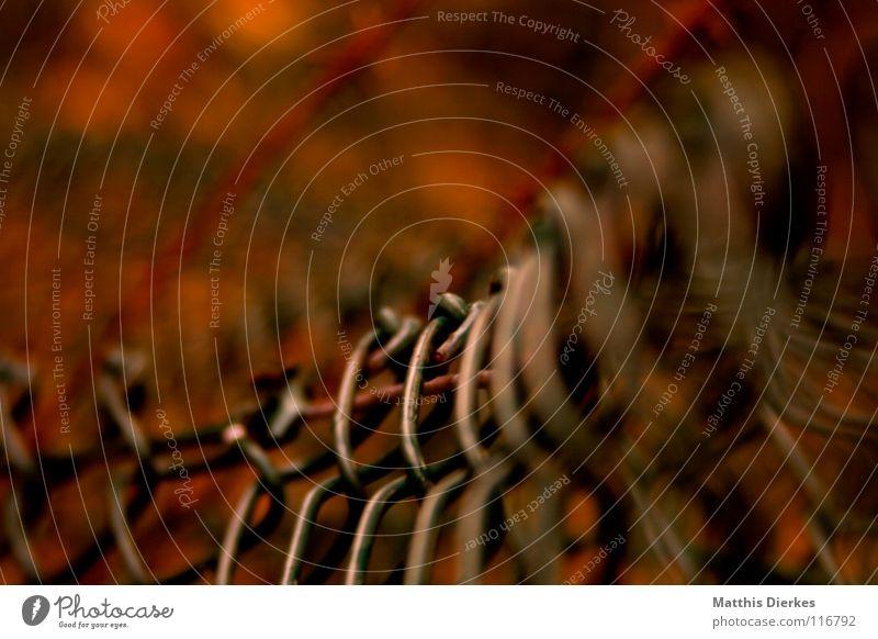 Maschendraht grün blau rot Einsamkeit gelb Herbst Beleuchtung orange Brand Industrie Trauer gefährlich bedrohlich Wut verfallen Grenze