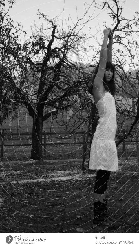 streck*aufatem*PHU.. Frau kalt Erholung Fuß Beine Zufriedenheit Arme elegant Coolness authentisch Bodenbelag Kleid dünn außergewöhnlich Konzentration Seite